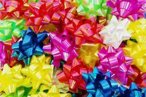 023. Box met 100 opplakbare gekleurde strikken