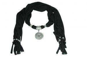 030. Zwarte sjaal met hanger